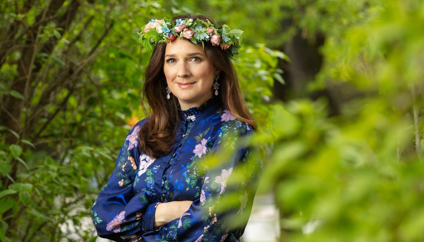 Sofie Sarenbrant släpper bok, firar 10-årsjubileum som författare och ska sommarprata, allt mitt under coronapandemin