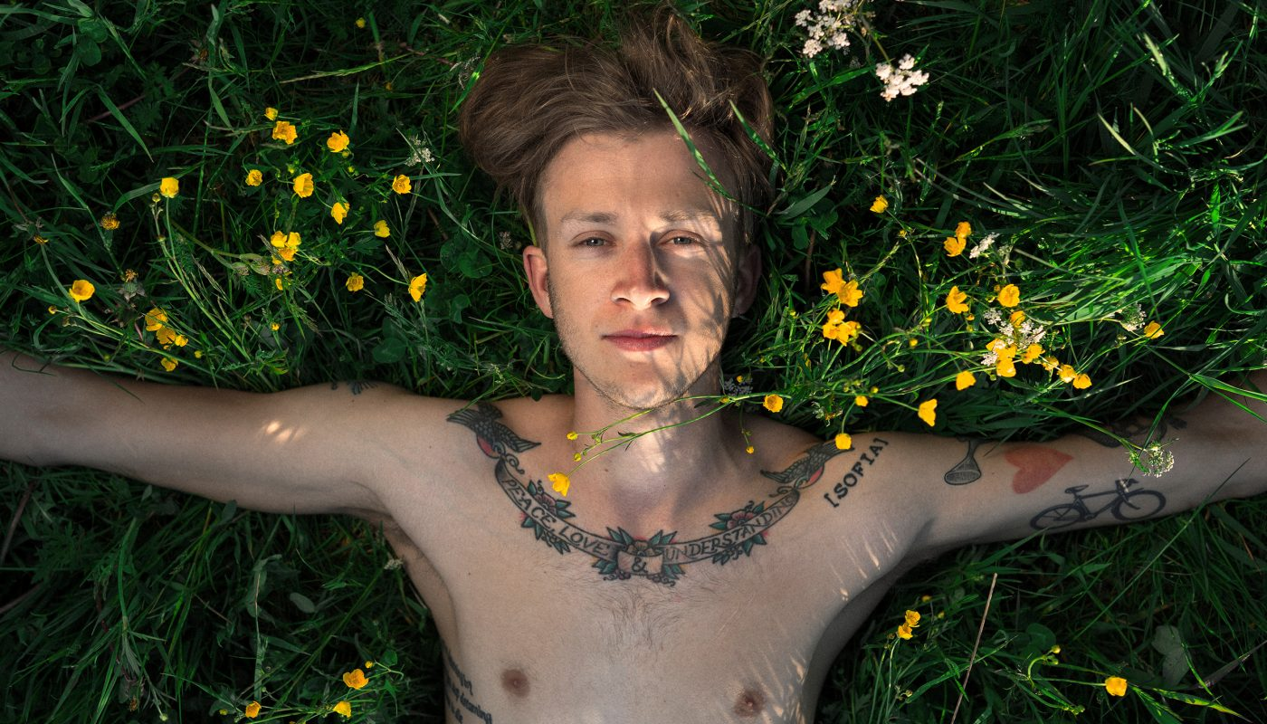 """Tiger & Träden: """"Att skriva på engelska är som att springa naken genom en skog. På svenska är det som att springa naken genom ICA Maxi."""""""